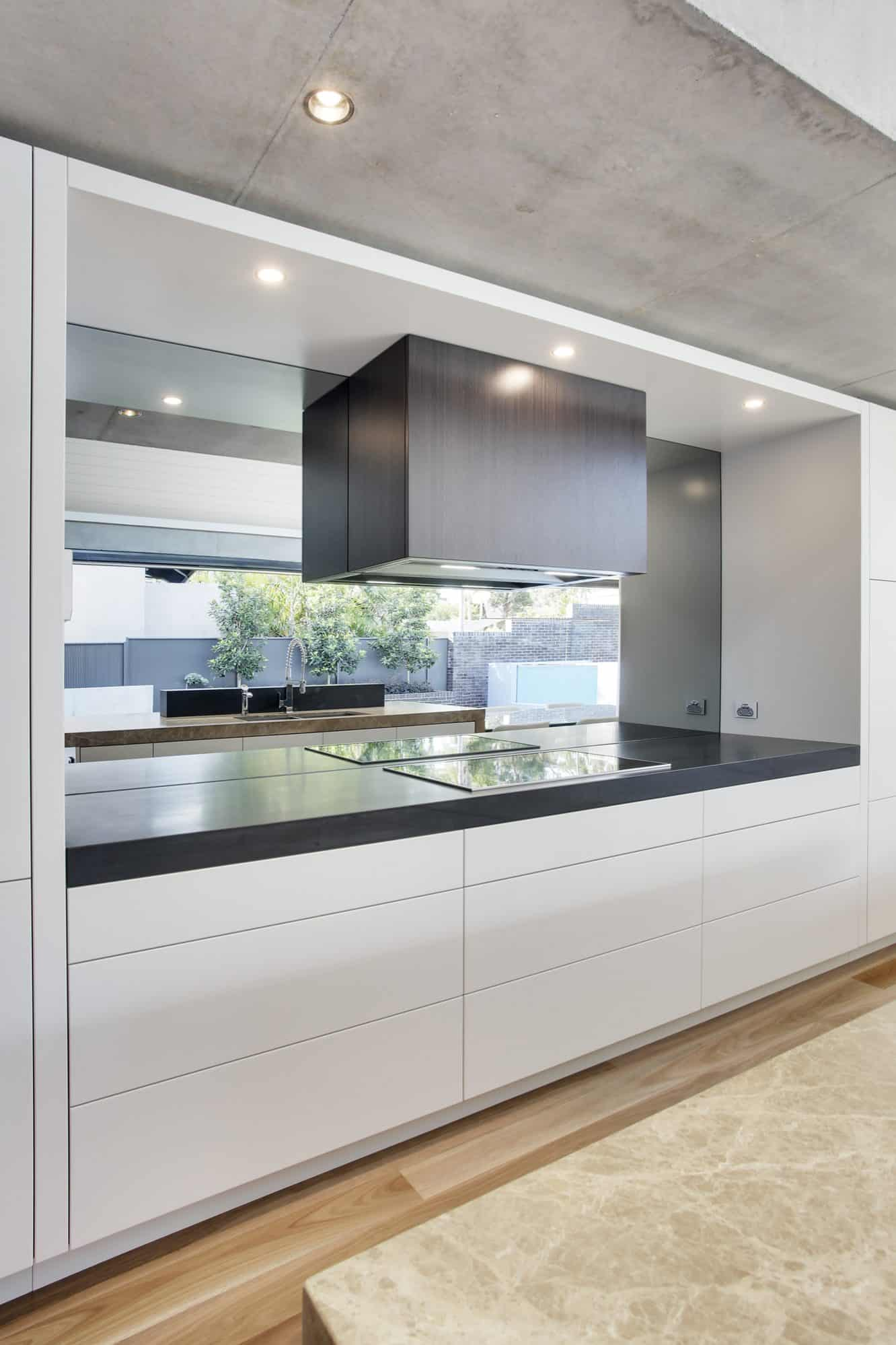 Cooking zone with box rangehood and mirror splashback